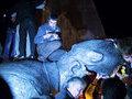 Украинец бросился под колёса авто, увидев символику СССР