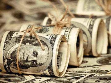 Питерские  мажоры  на иномарке разбросали пачку долларов среди  людишек
