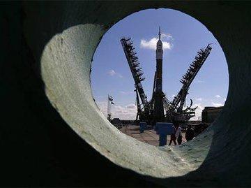 Роскосмос  вывели из себя версии появления дыры на  Союзе